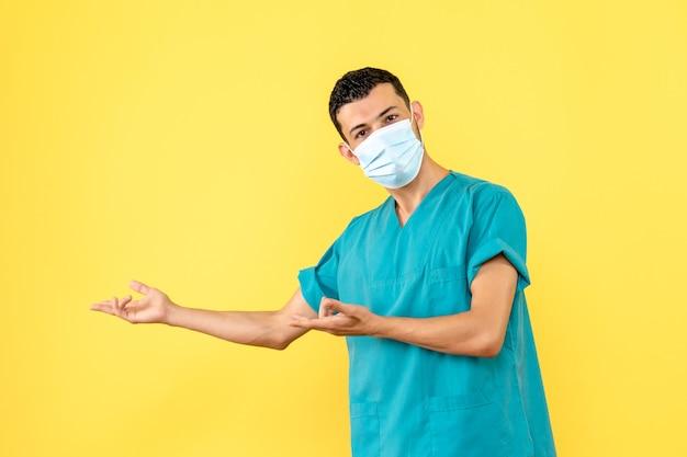 Seitenansicht ein arzt in maske ein arzt in maske zeigt zur seite