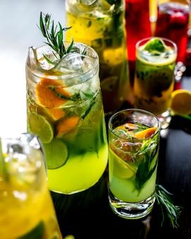 Seitenansicht eine art belebende limonade mit einer scheibe zitrone und limette