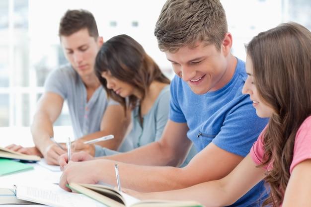 Seitenansicht einer gruppe von personen, die miteinander studiert