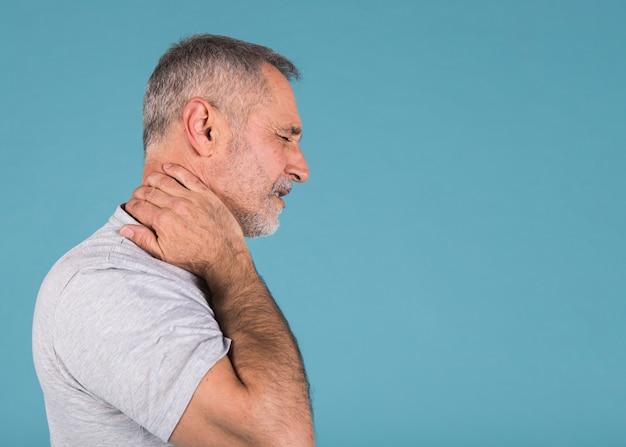 Seitenansicht eines älteren mannes, der unter nackenschmerzen leidet
