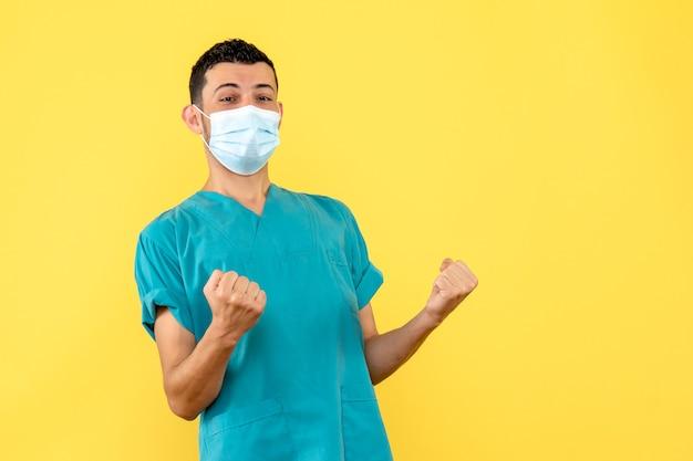 Seitenansicht eines arztes ein arzt ist glücklich, weil er weiß, wie man patienten mit coronavirus heilt