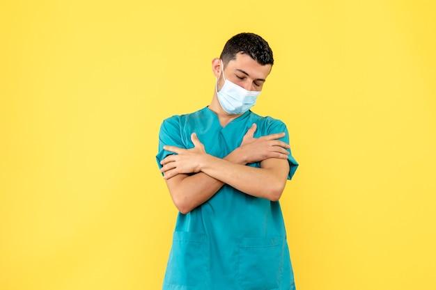 Seitenansicht eines arztes ein arzt sagt, dass schüttelfrost und fieber symptome des coronavirus sind