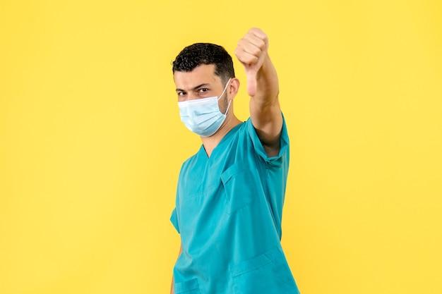 Seitenansicht eines arztes ein arzt spricht darüber, wie man gegen coronavirus behandelt wird