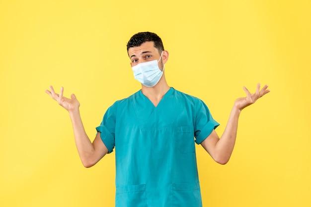 Seitenansicht eines arztes ein arzt spricht über die wichtigkeit der verwendung von masken