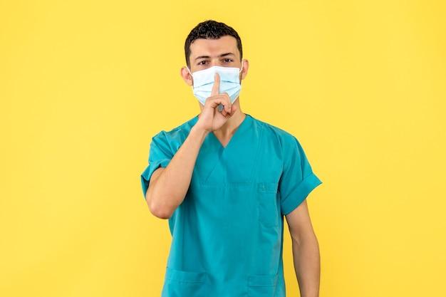 Seitenansicht eines arztes ein arzt weiß, was zu tun ist, um nicht mit dem coronavirus infiziert zu werden