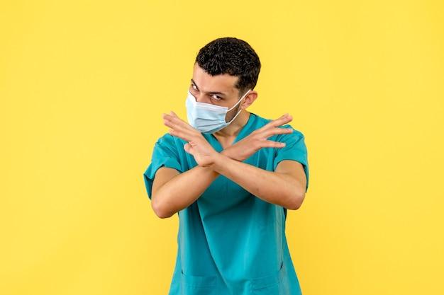 Seitenansicht eines arztes ein arzt weiß, was zu tun ist, um nicht mit dem covid infiziert zu werden.