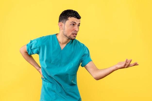 Seitenansicht eines arztes fragt nach dem gesundheitszustand der patienten