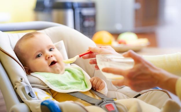 Seitenansicht eines kleinen jungen, der in einem kindersitz sitzt