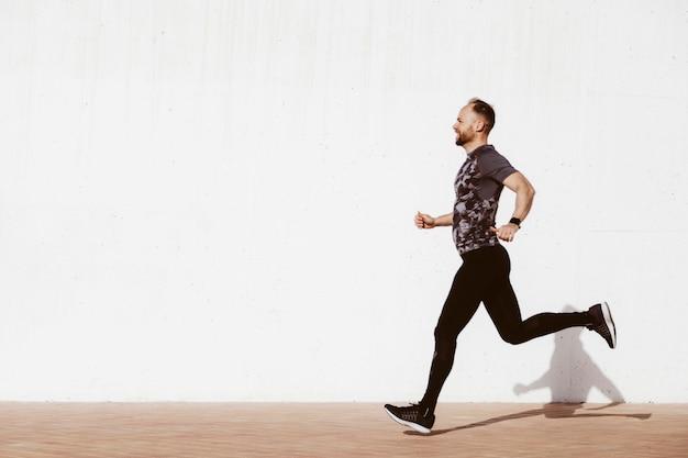 Seitenansicht eines mannes, der auf straße läuft