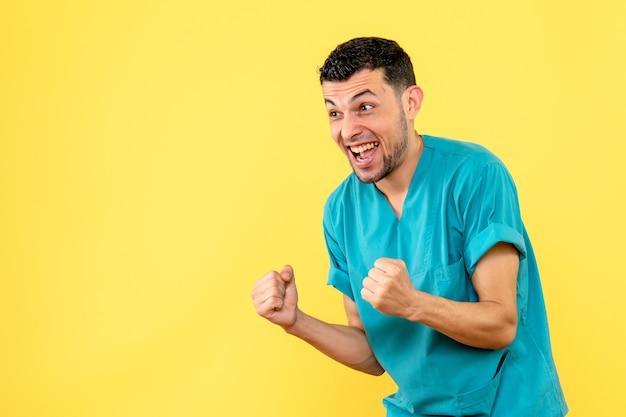 Seitenansicht eines spezialisten der arzt ist sich sicher, dass die moderne medizin den menschen helfen wird, sich zu erholen