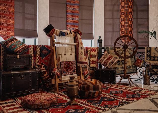 Seitenansicht eines traditionellen teppichs, der auf einer orientalischen wand des vertikalen webstuhls des teppichs gewebt wird