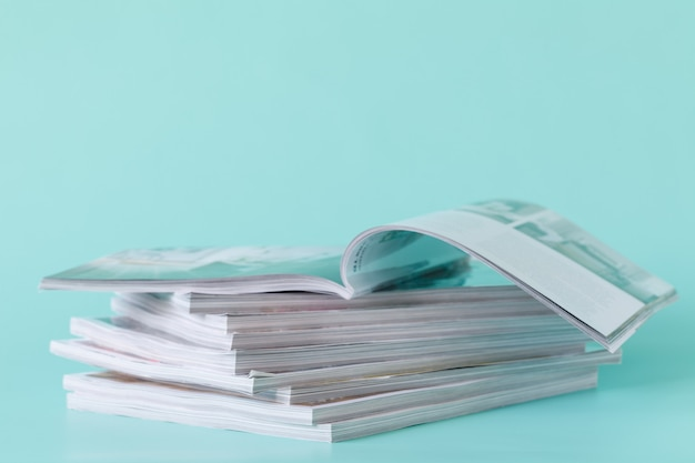 Seitenansicht eines zeitschriftenstapels mit hochglanzpapier