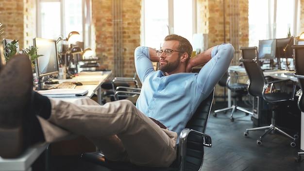 Seitenansicht eines zufriedenen bärtigen jungen mannes mit brille und formeller kleidung