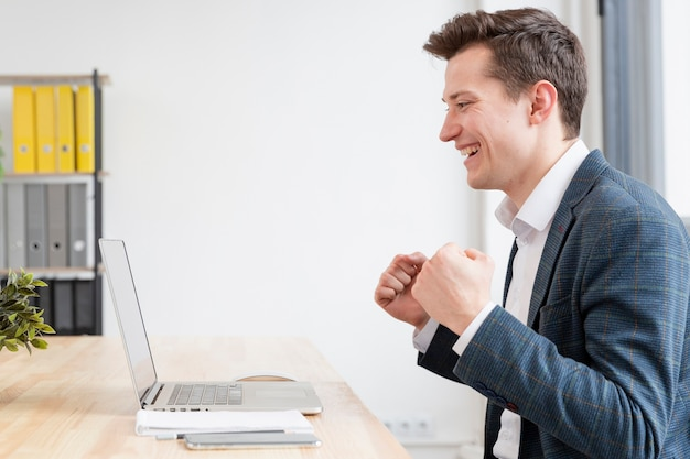 Seitenansicht erwachsener mann glücklich zu arbeiten