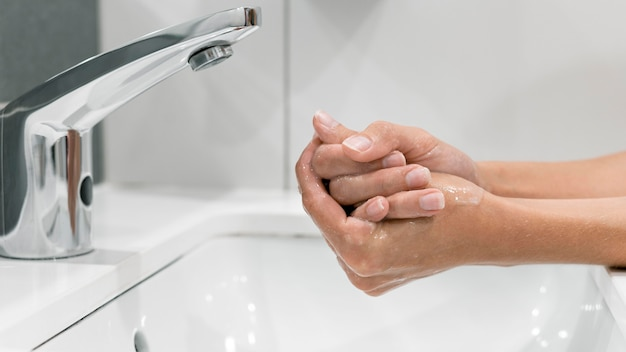 Seitenansicht frau, die hände wäscht