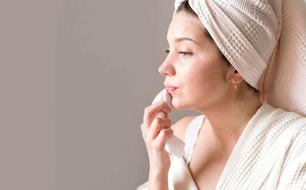 Seitenansicht frau, die make-up entfernt