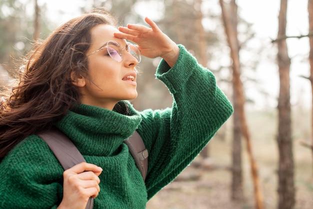 Seitenansicht frau mit brille unterwegs
