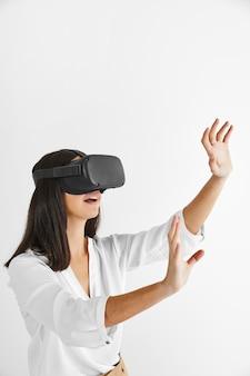 Seitenansicht frau mit virtual-reality-headset