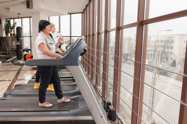 Seitenansicht frauen im fitnessstudio