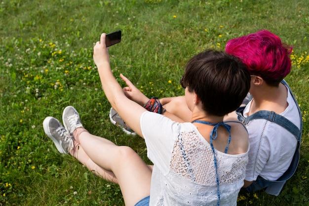 Seitenansicht freunde, die selfie nehmen