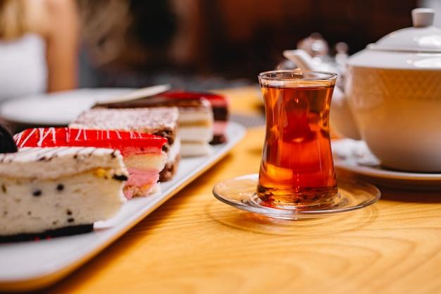 Seitenansicht glas tee mit kuchen