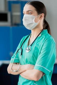 Seitenansicht krankenschwester mit stethoskop