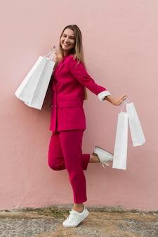 Seitenansicht-kunde, der modekleidung trägt