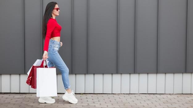 Seitenansicht-kunde im roten hemdkopierraum