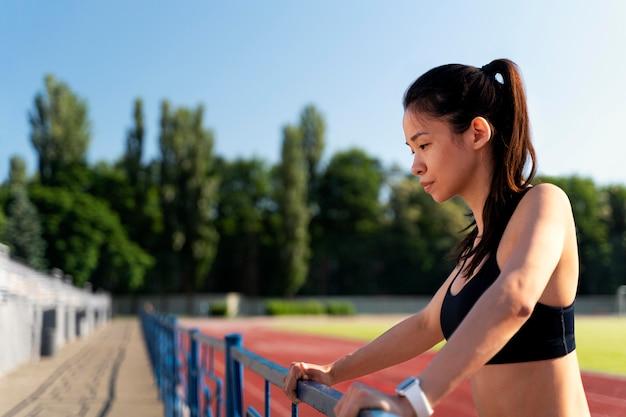 Seitenansicht läuferin stretching