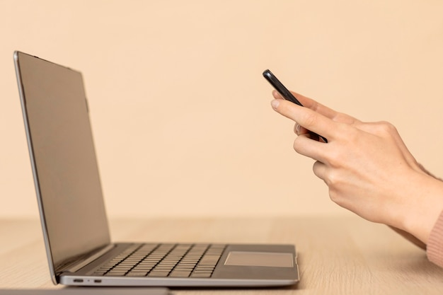 Seitenansicht laptop und handy