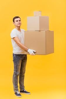 Seitenansicht-lieferbote, der pakete hält