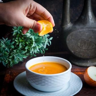 Seitenansicht linsensuppe mit zwiebeln und zitrone