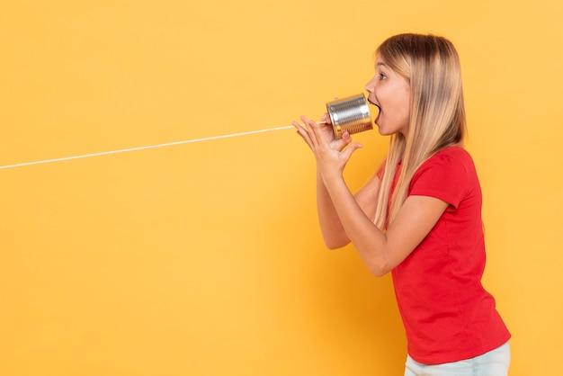 Seitenansicht mädchen mit walkie talkie
