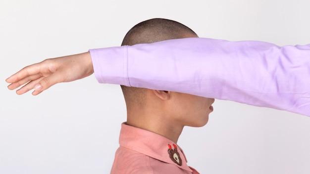 Seitenansicht mann mit handbedeckungskopf