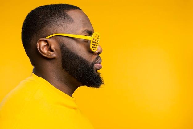 Seitenansicht mann mit sonnenbrille