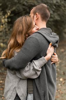 Seitenansicht partner umarmen sich