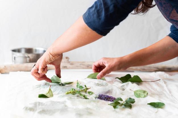 Seitenansicht person, die ein tuch mit natürlichen pigmenten färbt