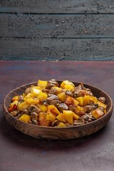 Seitenansicht pilze und bratkartoffeln pilze mit kartoffeln in einer schüssel auf der dunklen oberfläche