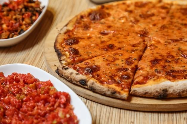 Seitenansicht pizza margarita auf einem tablett
