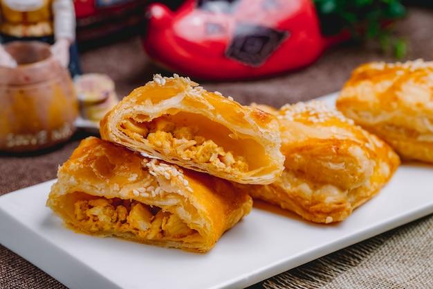 Seitenansicht puff chicken pies auf einem teller
