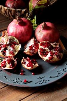 Seitenansicht reife granatäpfel mit einem ast von einem baum