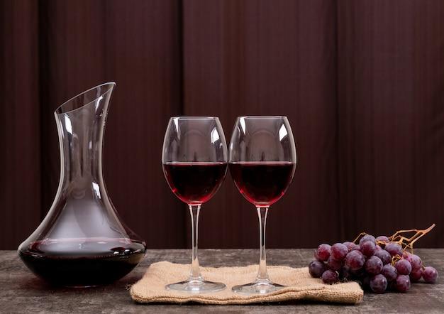 Seitenansicht rotwein im glas mit traube auf der horizontalen