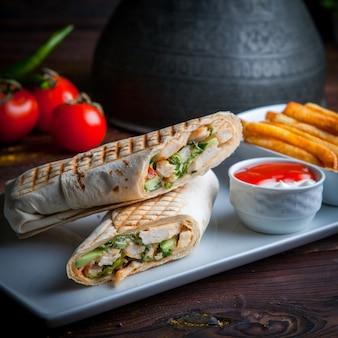 Seitenansicht shawarma pita roll mit huhn und bratkartoffeln