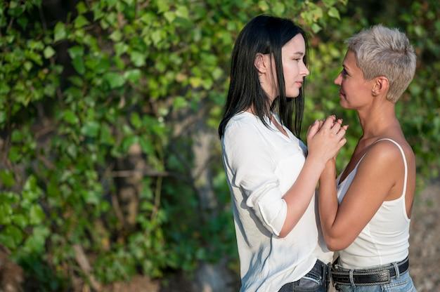 Seitenansicht süßes lesbisches paar