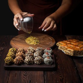 Seitenansicht süßigkeiten handgemachte handgemachte süßigkeiten aus nüssen, getrockneten früchten und honig horizontal