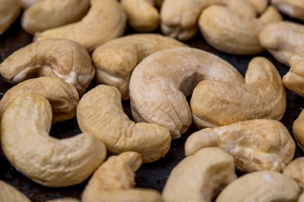 Seitenansicht von cashewnüssen auf schwarzem hintergrund