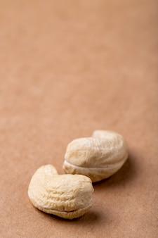 Seitenansicht von cashewnüssen lokalisiert auf altem papierbeschaffenheitshintergrund