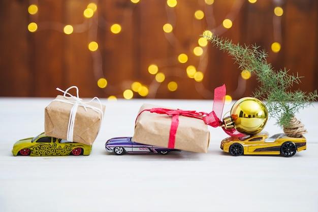 Seitenansicht von geschenken auf spielzeugautos
