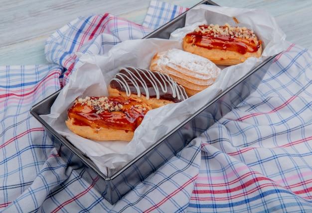 Seitenansicht von kuchen auf kariertem stoff und holzoberfläche