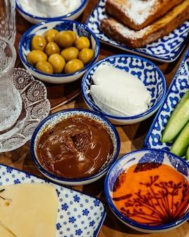 Seitenansicht von lebensmitteln zum frühstück schokoladencreme honig und sahnesauce